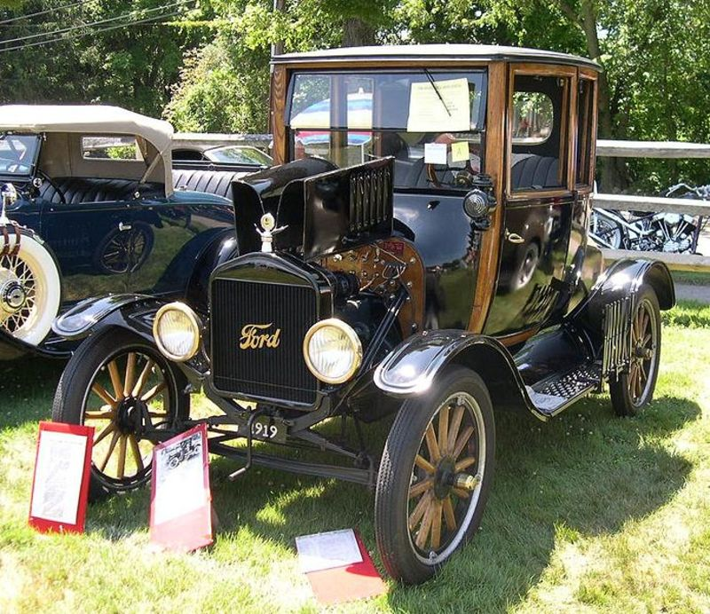 692px-1919_Ford_Model_T_Highboy_Coupe