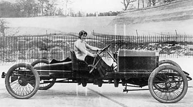 Miss_Dorothy_Levitt,_in_a_26hp_Napier,_Brooklands,_1908