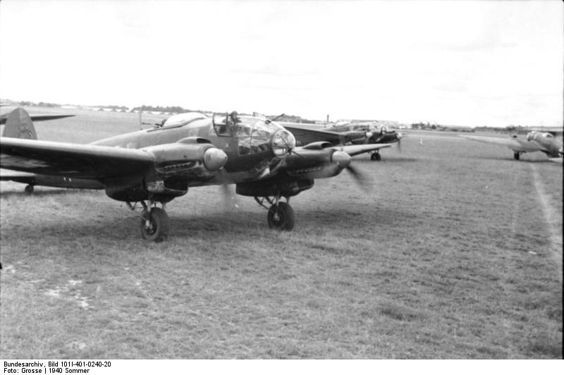 Bundesarchiv_Bild_101I-401-0240-20,_Flugzeug_Heinkel_He_111