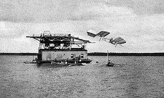 330px-Samuel_Pierpont_Langley_-_Potomac_experiment_1903